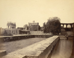 [View of the Chinch Diddi Mosque, Bijapur.]